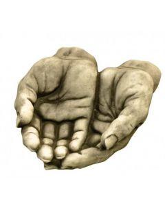 Männerhände aus Steinguss