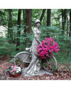 Dame auf Fahrrad, Joséphine, Betonguss