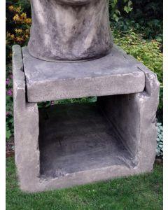 Säule für große Gesichter, Steinguss